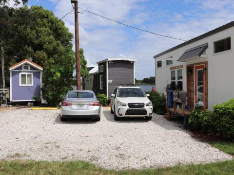 Tres pequeñas casas de la comunidad