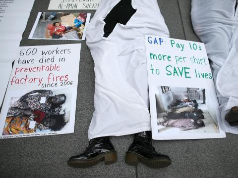 En 2006, Gap recibió múltiples quejas debido a la aparición de varios informes en los que se acusaba a la empresa de tener unas condiciones de trabajo deficientes en sus fábricas fuera de Estados Unidos.