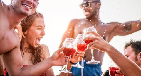 Amigos bebiendo en un crucero.