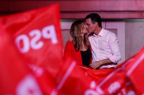 Begoña Gómez y Pedro Sánchez en el balcón de Ferraz.