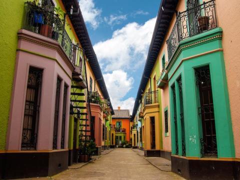 Bogotá, Colombia, es conocida por su vibrante cultura y sus coloridos edificios coloniales.