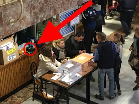 Caja de manolitos en mesa electoral