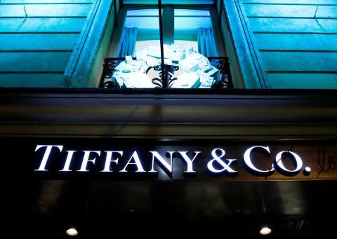 El cartel de la tienda de Tiffany & Co. en París