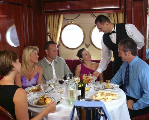 Cenar en la hora pico en un crucero.