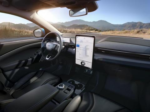 La parte central del vehículo estará dominada por una pantalla táctil de 15,5 pulgadas.