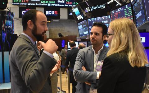 Conversando sobre las curiosidades de Wall Street.