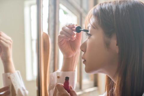 """Cualquier maquillaje más allá de lo que podrías describir como """"conservador"""" también está prohibido."""