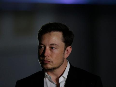 Elon Musk, CEO de Tesla, con gesto serio
