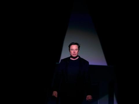 Elon Musk, CEO de Tesla, sube al escenario para presentar el Model Y.