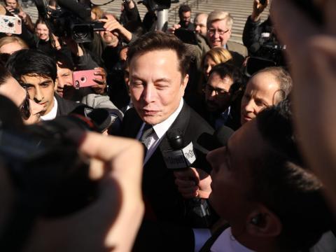 Elon Musk rodeado de periodistas