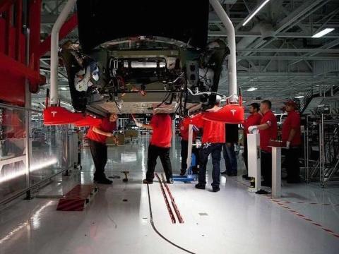 Empleados en una fábrica de Tesla