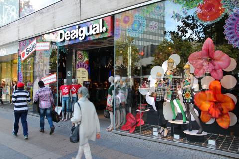 En foto, una tienda Desigual