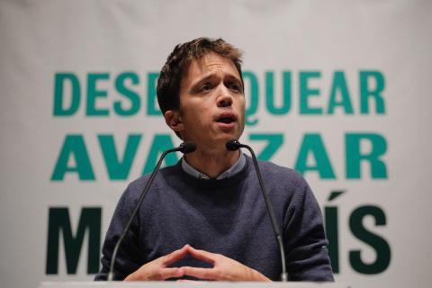 Errejón, junto al lema de su organización política.
