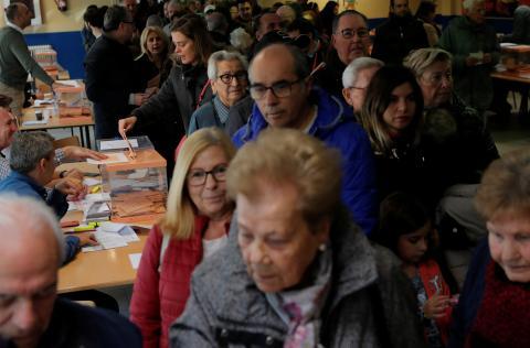 Españoles votando durante las elecciones generales del 10-N