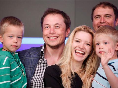 Elon Musk con sus hijos gemelos y su exmujer Talulah Riley.