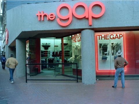 La gente pasa junto a una tienda Gap en Market Street en San Francisco, California, el 25 de septiembre de 1987.