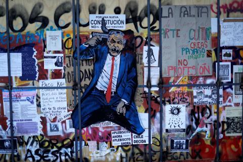 Grafitis contra Piñera y a favor de una Constitución en Chile.