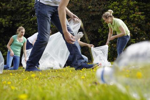 Grupo recogiendo residuos