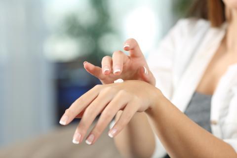 Hidratarse las manos con una buena crema es muy importante.