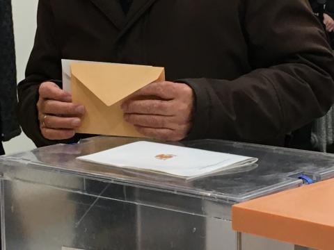 Un hombre deposita su voto