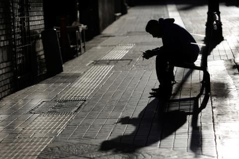 Imagen en blanco y negro que denota tristeza, soledad y angustia