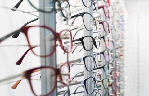 Incluso si las gafas no están prohibidas, algunas mujeres fueron informadas por sus empleadores de que simplemente no les gustan las mujeres que usan gafas.
