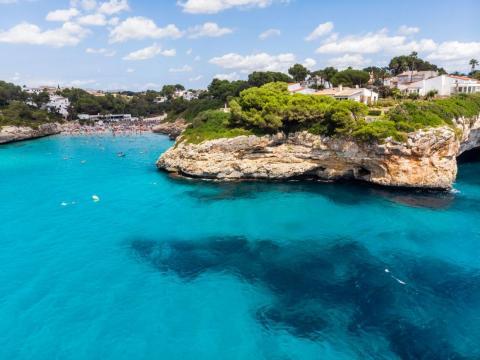 Mallorca, España, tiene playas, calas y más.