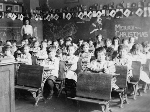 Jóvenes estudiantes en un aula, en 1920.