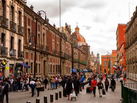 La ciudad está llena de museos, murales y hermosos edificios.