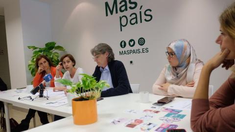Marta Higueras, tercera por la izquierda.