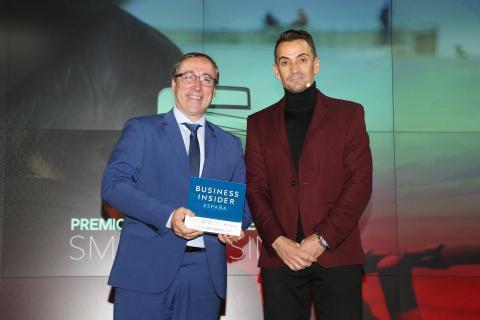 Mikel Palomera junto a Manuel del Campo, CEO de Axel Springer España y autor de esta entrevista, en la entrega del premio Smart Business a Seat el pasado noviembre