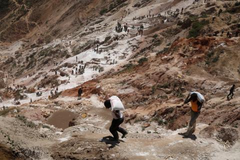 Trabajadores llevan sacos de minerales en la mina de coltán de Rubaya, en la República Democrática del Congo.