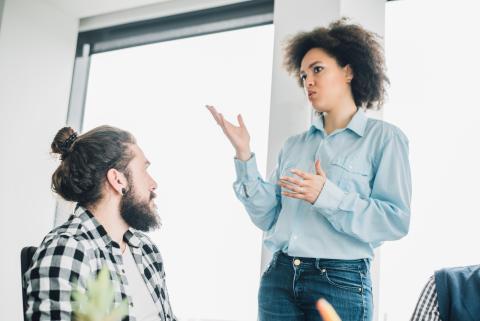Mujer hablando con un compañero de trabajo.