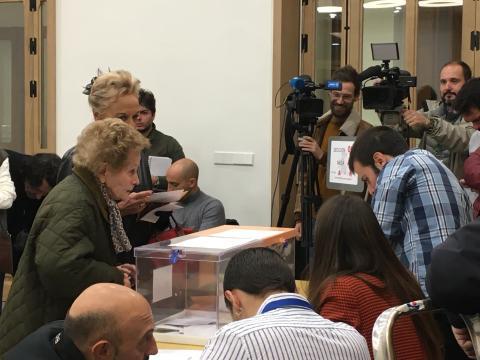 Una mujer vota antes que Pablo Casado