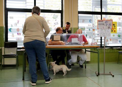 Una mujer votando durante las elecciones generales del 10-N de 2019 en Sevilla.