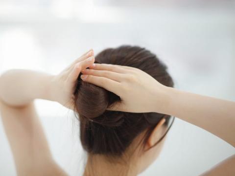 """A las mujeres de pelo largo se les pide en algunos lugares que se peinen con el estilo """"Yakai Maki"""", una especie de peinado."""
