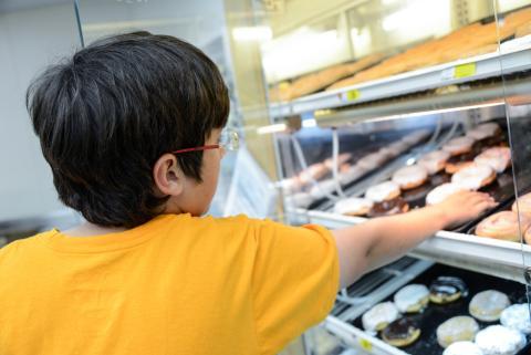 niño coge donut