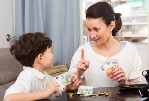 niño dinero madre