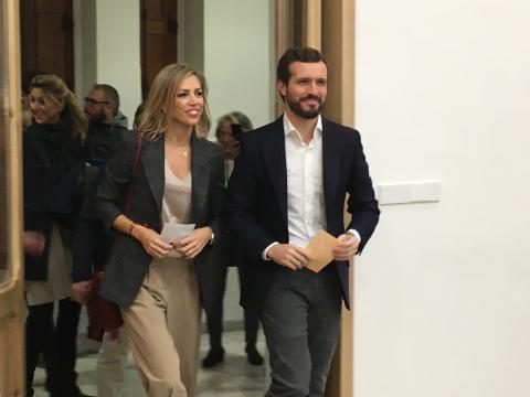 Pablo Casado entra con su mujer a votar