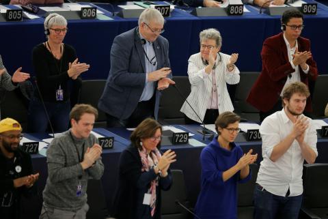 Parlamentarios europeos aplauden tras aprobar la declaración de emergencia climática.