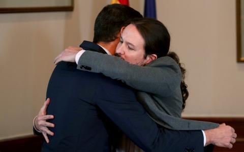 Pedro Sánchez abraza a Pablo Iglesias después de firmar su preacuerdo de Gobierno.