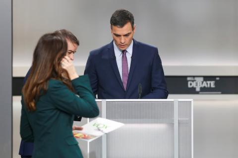 Pedro Sánchez prepara su debate en el atril.