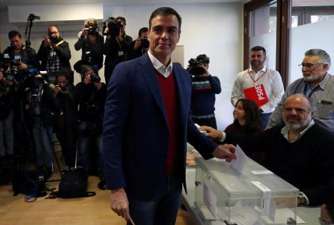Pedro Sánchez, presidente del Gobierno en funciones, vota en un colegio electoral de Pozuelo de Alarcón (Madrid) durante las elecciones generales de noviembre de 2019.