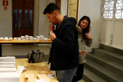 Personas votando en las elecciones generales del 10 de noviembre.