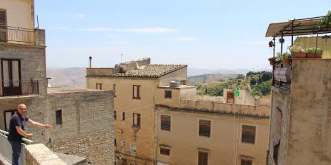Una foto de Cammarata (Sicilia), con el alcalde Vincenzo Giambrone a la izquierda de la imagen.