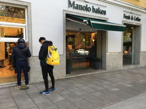 Repartidores de Glovo en Manolo Bakes
