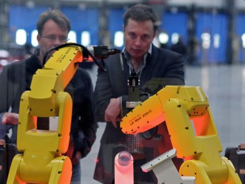 Robot de Tesla bajo la mirada de Elon Musk