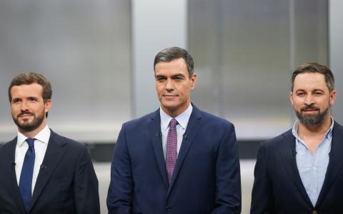 Sánchez, entre Casado y Abascal, en el debate a cinco.