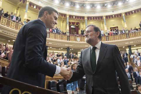 Sánchez saluda a Rajoy tras la moción de censura.