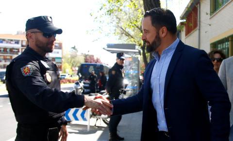 Santiago abascal (vox) dando la mano a un policía.